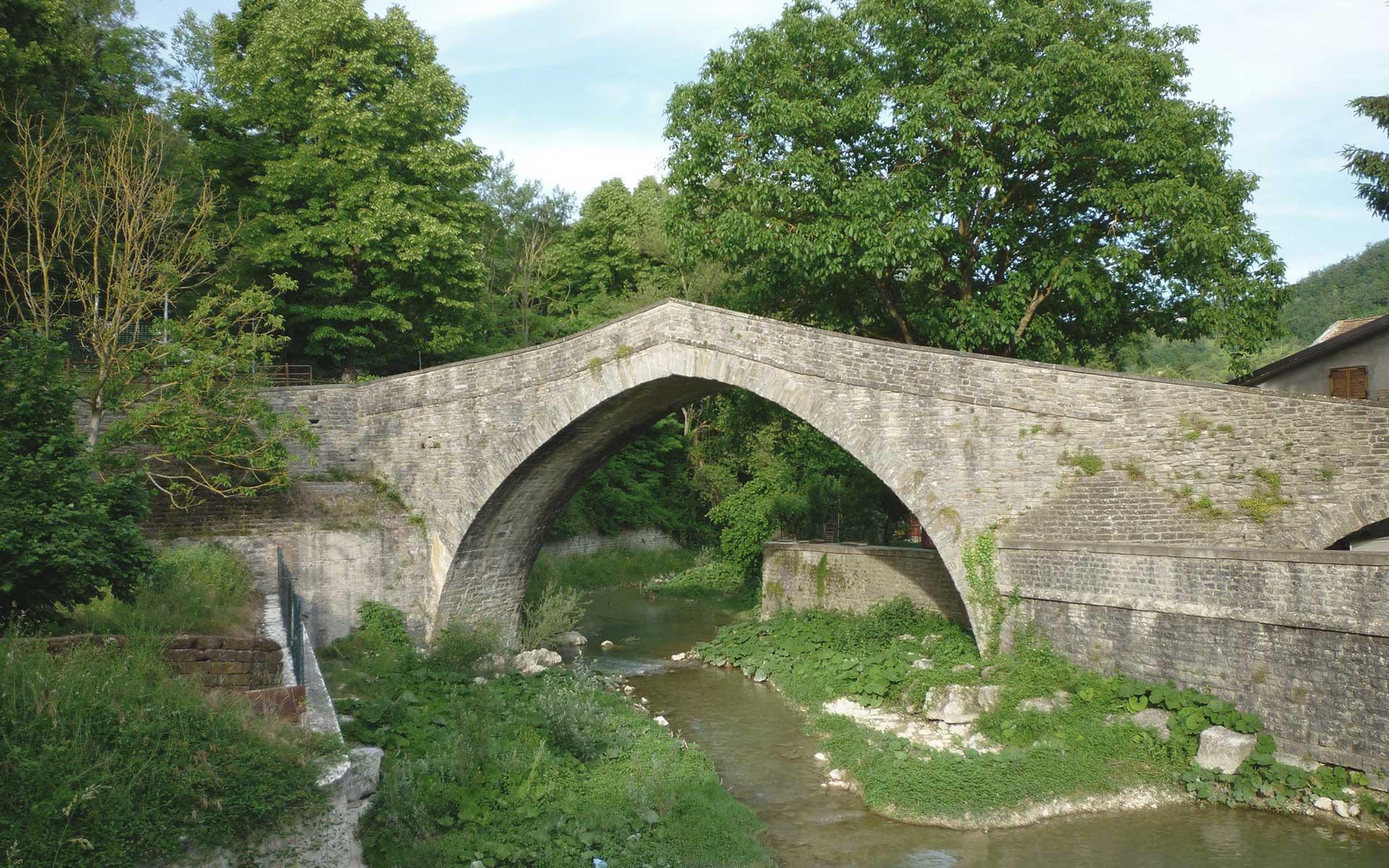 Ponte medioevale a schiena d'asino sec. XIV Apecchio